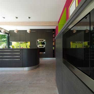 Cuisine aménagement linéaire  Les différentes zones de la cuisine sont bien identifiées : Un linéaire de meubles est destiné aux rangements ... Domozoom