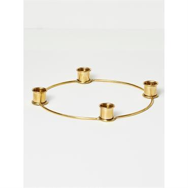 Un cercle en métal doré et 4 bougies chandelier : voilà un centre de table idéal pour repas de fête chic et réussis. Détails Diam. 20 cm env. Pour 4 ...