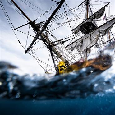 Photos du célèbre bateau L'Hermione en mer de Bretagne. Idéal pour la décoration marine d'un logement  Domozoom