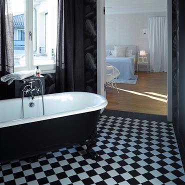 Salle de bain avec vue sur chambre.