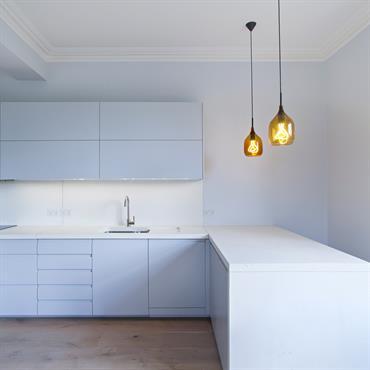 Le plan de travail de la cuisine est en trois parties avec plaque de cuisson integrée, évier sous-plan avec pente ... Domozoom