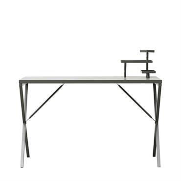 Ce bureau en métal d'House Doctor est un bureau très simple en métal laqué vert kaki qui donnera une petite touche industrielle à votre décoration. A la surface sont installées ...