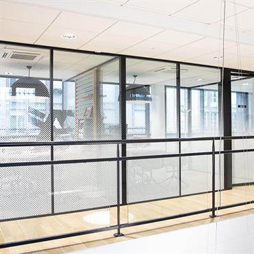 Projet pour une agence bancaire en cloisons amovibles H7 et HT. Design et confidentialité de mise.  Domozoom