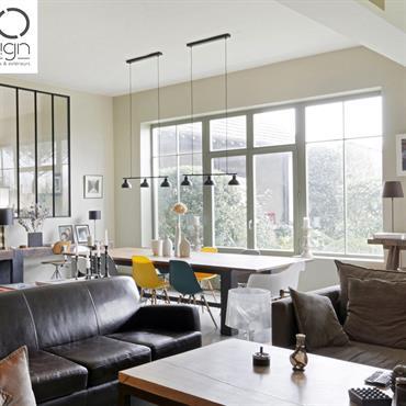 Grand espace de vie avec coin salon et salle à manger à l'esprit loft industriel. Mix de mobiliers vintage et design.
