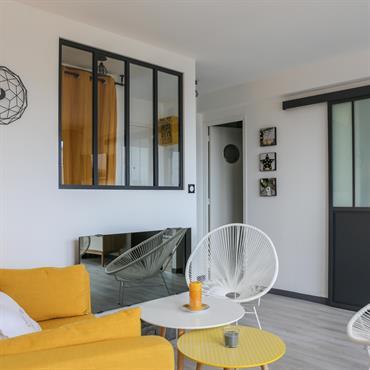 Espace salon séparé des chambres et entrée par une verrière.