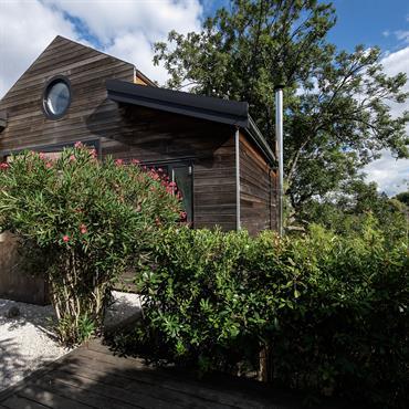 Les terrasses sont construites en bois exotique et recouvertes de graviers de quartz blanc. Le Cumaru rappelle le bardage en red ... Domozoom
