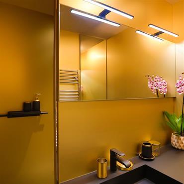 Une salle de bain champagne en robe de soirée noire ! Une salle de bain habillée en noir pour créer une ... Domozoom