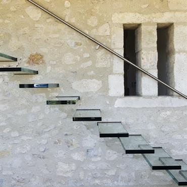 Un escalier de verre qui tranche avec la tradition régionale : un bijou offert à l'art de bâtir en Provence