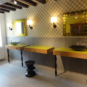 De par son abondance de carreaux, d'équipements chromés et de surfaces ultra lisses, une salle de bain ou une salle ... Domozoom