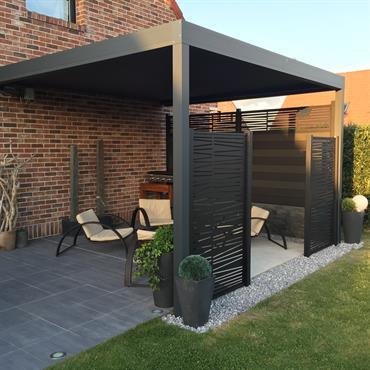 Superbe installation de cette pergola bioclimatique Design agrémentée de panneaux brises vues.