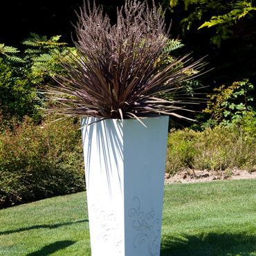 Lorsqu'un motif floral sculpte la structure pure et minérale d'un bac béton, il lui apporte élégance et caractère.  En Ductal ®, ... Domozoom