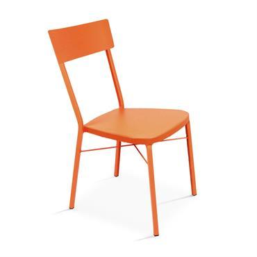 La chaise de jardin en métal Cabourg au style bistrot donnera du cachet à votre terrasse. Elle possède un dossier galbé et des pieds arrières cintrés pour plus de confort ...