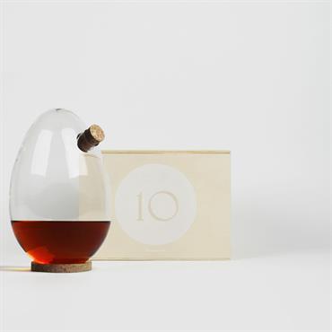 La Designerbox #10 : 'EGG', la carafe à alcool imaginée par Sebastian Bergne pour Designerbox. Disponible ici : http://bit.ly/1fAVEvl   Domozoom