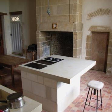 Le mariage d'un ilôt en pierre de taille, couplé à un plan en béton blanc, le tout dans une cuisine ... Domozoom