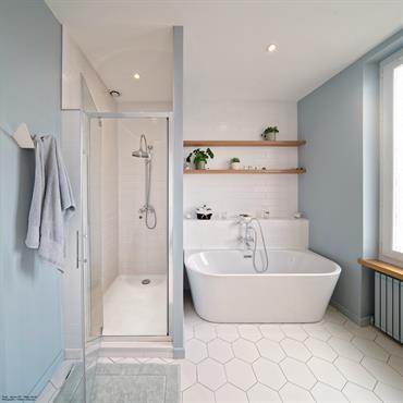 Salle de bains blanche et bleue avec quelques touches de bois