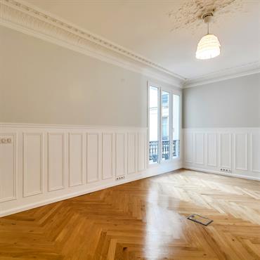 Bureau avec accès au couloir desservant 2 autres bureaux, les toilettes et la cuisine