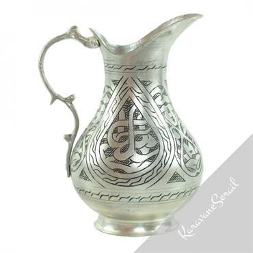 Plateaux, tasses, coupelles, carafes... en cuire engravé de manière artisanale suivant la tradition orientale ottomane.  Domozoom