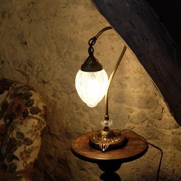 La lampe de chevet Ishara présente un design oriental avec un pied en col de cygne et globe en verre ... Domozoom