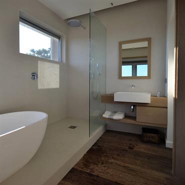 Le béton décoratif permet de créer de belles surfaces lisses et sans raccords dans une salle de bain. Grâce à ... Domozoom
