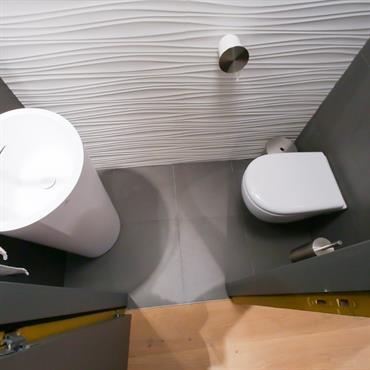 Pour ce cabinet de toilette très contemporain et design, j'ai souhaité des lignes courbes, des formes rondes et ovales pour ... Domozoom