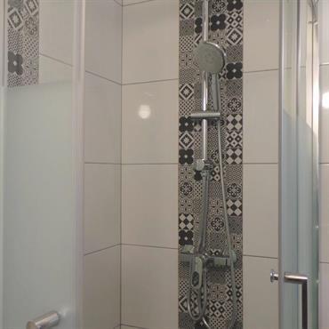 Cabine de douche en carrelage imitation carreaux de ciment.