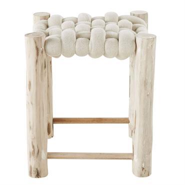 Ponctué de charme et d'authenticité, le tabouret tressé beige et eucalyptus SHAKER trouvera une place de choix sur un tapis à poils longs ou en jute. D'abord pratique dans l'entrée ...