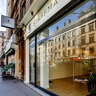 Ré-novateurs a effectué des travaux de rénovation dans des bureaux à Lyon. Objectif, créer un espace moderne et accueillant.  Domozoom