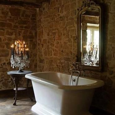 Salle de bain avec une girandole et miroir de chez Artixe