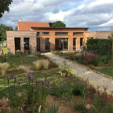 Une maison bois et un jardin en  Normandie.  Domozoom