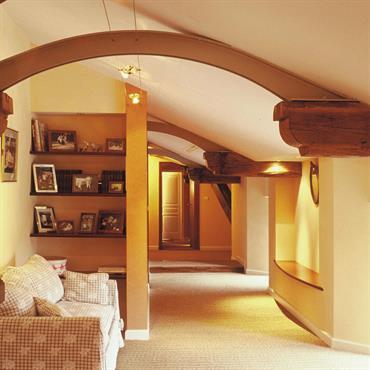 Aménagements de combles en appartements familiaux dans une très ancienne maison de la région lyonnaise  Domozoom