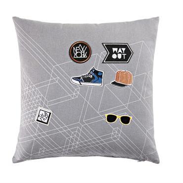 Casquette, baskets et lunettes de soleil : le style urbain s'invite dans la chambre des ados avec le coussin en coton gris 40x40 WAY OUT ! Posé sur un lit, ...