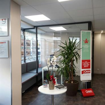 Rénovation d'une agence immobilière à Nice. Objectifs atteints : Optimisation de l'espace et de la lumière. Circulation du passage plus fluide. Une salle ... Domozoom