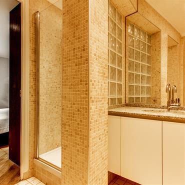 Suite parentale avec salle de bain parée de mosaïques
