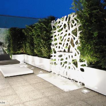 Fabrication de jardinières sur mesure en fibre-ciment pour COS Design. Ensemble laqué blanc grillant en concordance avec le mobilier et ... Domozoom
