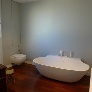 Cette salle de bain est accessible depuis le dressing de la suite parentale. Elle offre une grande baignoire décollée du ... Domozoom