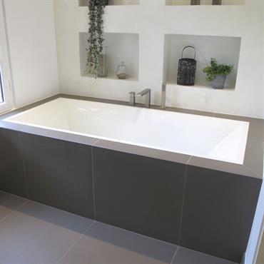 Grande salle de bain avec un espace douche à l'italienne.  Du côté de la douche, le bac à l'italienne ... Domozoom