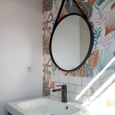 Une salle de bain pensée à 100% pour les enfants. Un espace coloré, une capsule de vitamines.  Domozoom