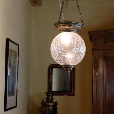 Lampe Réshep, en verre craquelé et laiton. Idéale pour amener un parfum de voyage et d'exotisme dans une décoration d'intérieur ... Domozoom