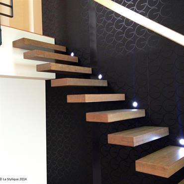 Cet escalier design flottant en bois est une création de Jean Luc Chevallier pour La Stylique.  Domozoom