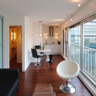 Repoussez les murs ! Privilégier l'impression d'espace en installant la pièce de vie, sur toute la longueur de l'appartement, de ... Domozoom