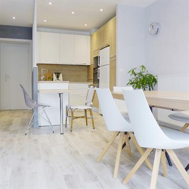 Située dans un appartement de Neuville-sur-Saône, cette pièce de vie disposait d'une belle organisation spatiale, en revanche, elle était encombrée, ... Domozoom