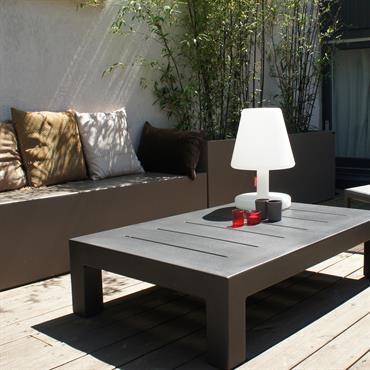 Une réalisation sur mesure pour un aménagement Cosy  dans ce patio avec ces jardinières et sa banquette Taupe.  Made in France, ... Domozoom