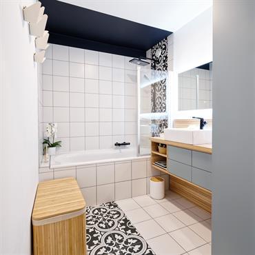 Rénovation d'une salle d'eau à Lyon.  Carreaux : Diffusion Céramique Patères : Umage Appareillages Sanitaires : Roca  Finitions d'Agencement : Egger   Domozoom