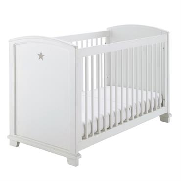 Peint en blanc, ce lit à barreaux PASTEL créera une ambiance douce et apaisante dans la chambre de bébé. Décoré de motifs étoilés, ce lit entraînera votre enfant vers de ...