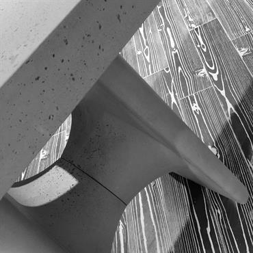 Hôtel espace Lounge Novotel, Table hôte en Beton Lege® en finition brute vitrifiée avec réservation bloc prises sur piètement en ... Domozoom