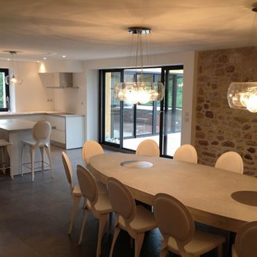 Pour cette réhabilitation de grange en maison de vacances, Domdeco Créations a imaginé une table de salle à manger en ... Domozoom