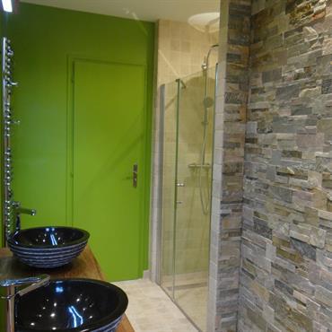 Cette salle de bain méritait un sérieux relooking ! Les propriétaires ont donc fait appel à Un Amour de Maison ... Domozoom