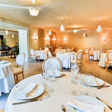 Design global d'un restaurant avec création d'une seconde salle et d'une salle de séminaire dans l'ancienne étable attenante.  Dans ... Domozoom