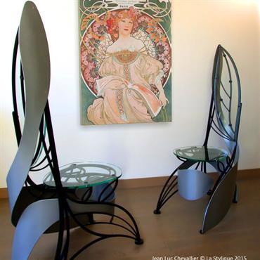 Cette chaise design en verre et métal de style Art Nouveau est inspiré des nervures végétales et des ailes d'une ... Domozoom