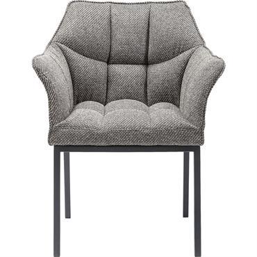 Cette chaise est à la fois élégante et sobre, lui permettant de se marier aussi bien avec une table en acier qu'une table en verre. Ses accoudoirs la rendent particulièrement ...